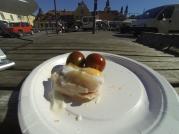 Den färdiga bacon- och äggbåten serverad med 2st tomater