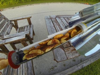 Solbakade äpplen med kanel och kokossocker.
