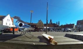 Förbereder frukost en solig morgon på Stortorget i Visby.