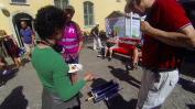 Vad som händer om man lagar sollunch mitt på torget - det dyker upp massor av nyfikna människor!