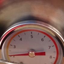 Thermometern visar temperaturen i enheten. Förvärm till 2:an eller 3:an genom att ställa enheten i solen. Ställ i maten. Sedan är det bara att vänta.